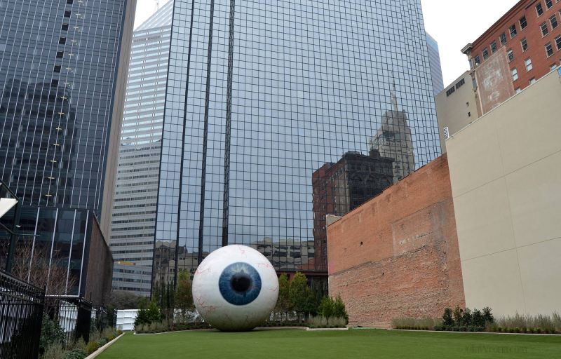 Eye sculpture by Tony Tasset in Dallas, Texas